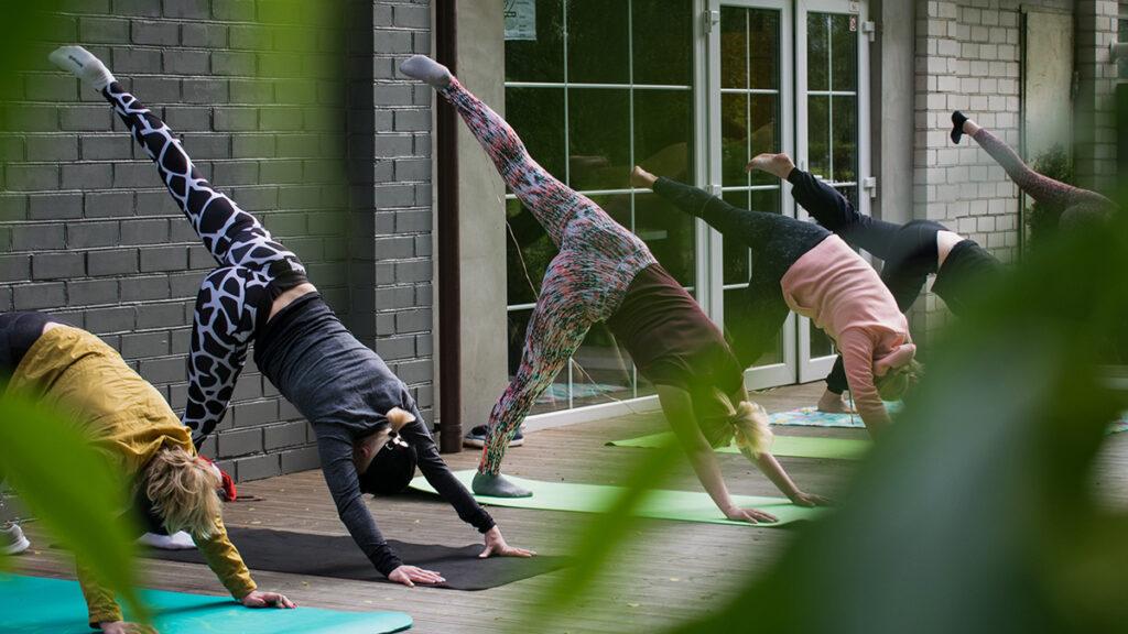 люди занимаются физическими упражнениями при лечении наркомании в стационаре