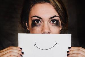 Зареванные глаза женщины от жизни с алкоголиком